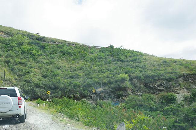 ガードレールのない山道