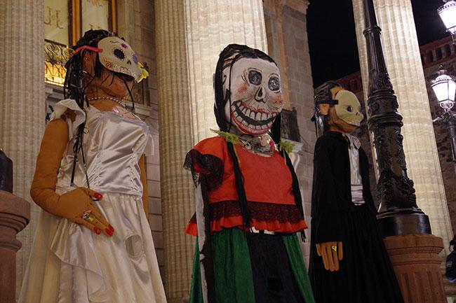 フアレス劇場前のガイコツ人形