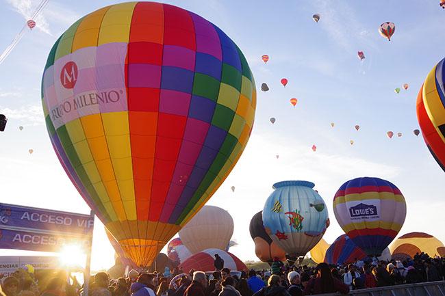 朝日と気球