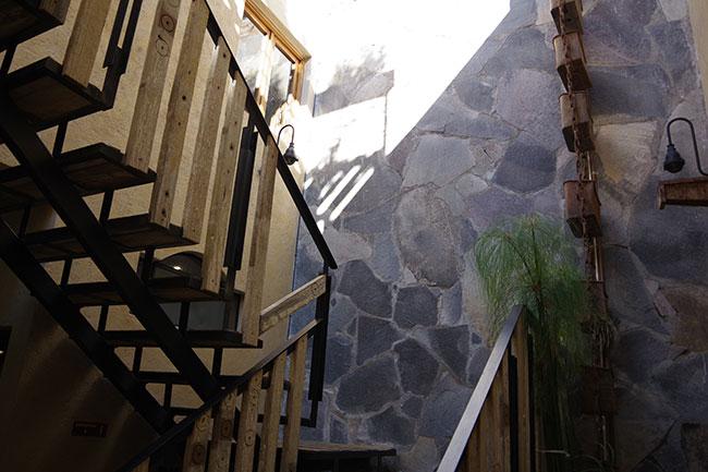 屋上へつづく階段