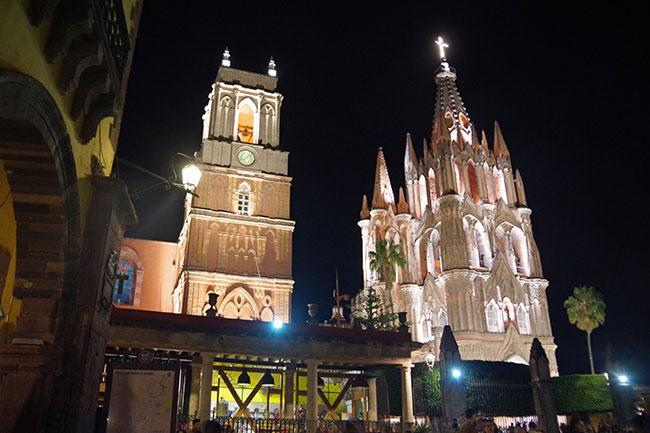 夜のパロキア教会前