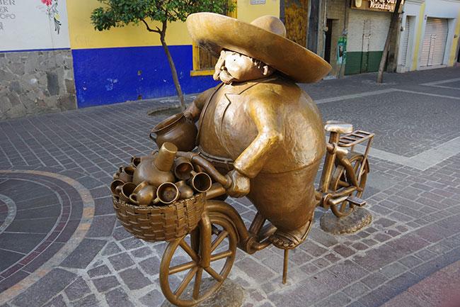 自転車に乗る太っちょおじさん