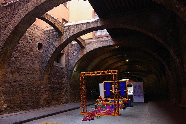 地下道の祭壇